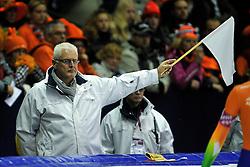 03-12-2011 SCHAATSEN: ESSENT ISU WORLD CUP: HEERENVEEN <br />Jury, Scheidsrechter vlag, witte vlag item schaatsen<br />©2011-FotoHoogendoorn.nl