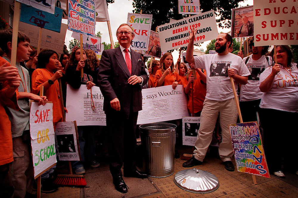 John Gummer MP with Summerhill School July 1999.protest at Downing Street