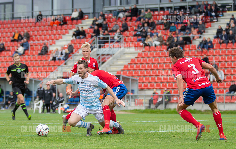 Nicolas Mortensen (FC Helsingør) ville gerne have haft straffespark i duellen med Sebastian Stenberg Ellefsen (Slagelse) under kampen i 2. Division mellem Slagelse B&I og FC Helsingør den 6. oktober 2019 på Slagelse Stadion (Foto: Claus Birch).