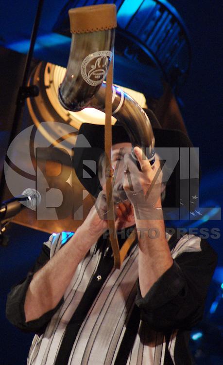 """SÃO PAULO, SP, 07 DE FEVEREIRO DE 2010 - GRAVAÇÃO DVD COM SÉRGIO REIS E RENATO TEIXEIRA - Aconteceu na noite de ontem a gravação do DVD """"No Melhor Disco Sertanejo de Todos os Tempos"""" com Sérgio Reis e Renato Teixeira no Teatro Bradesco, no Bourbon Shopping São Paulo região oeste da capital.  FOTO: WILLIAM VOLCOV / BRAZIL PHOTO PRESS"""