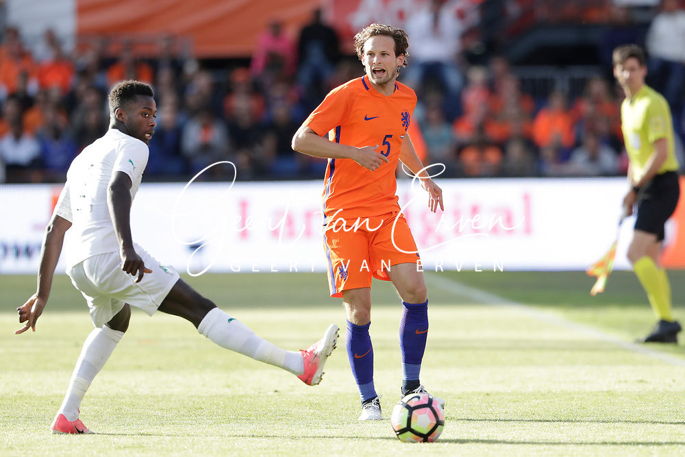 04-06-2017 VOETBAL:NEDERLAND-IVOORKUST:ROTTERDAM<br /> Oranje oefende tegen Ivoorkust vanavond in De Kuip<br /> <br /> Daley Blind van Oranje (Manchester United) in duel met Nicolas Pepe van Ivoorkust <br /> <br /> Foto: Geert van Erven