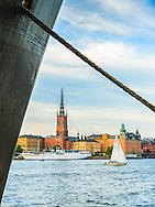 Segelbåt seglar framför Riddarholmen i på Riddarfjärden i Stockholm