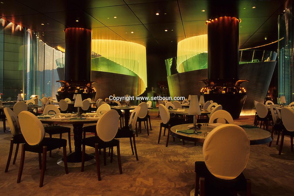 Hong Kong. restaurant Felix of the hotel peninsula designed by Stark, the faces of his team are on the chairs. .   15   / hôtel peninsula: Le  restaurant  - Félix -  design by ph Starck et photo de son équipe sur les chaises. sans doute la plus belle vue de .   15  / L3009  / R00224/84