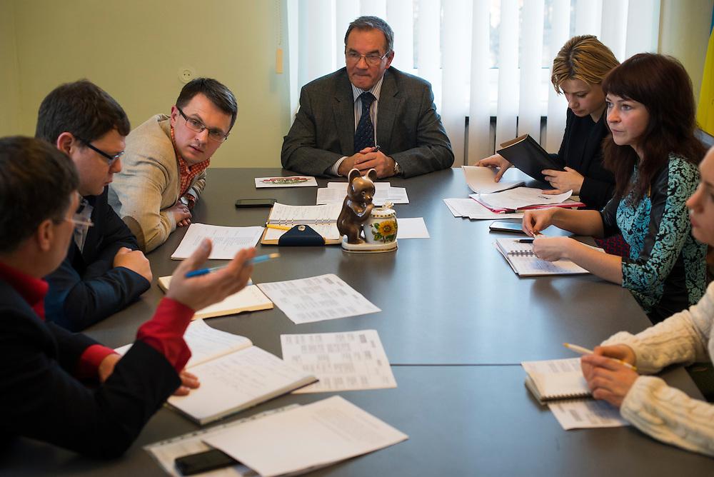 Le maire Michel Terestchenko en r&eacute;union avec ses collaborateurs, notamment Roman Golovya (le premier &agrave; sa droite), Elena Yeskina (1&egrave;re &agrave; sa gauche), Alyona Demicheva (2&egrave;me &agrave; sa gauche), dans sa bureau le 7 d&eacute;cembre 2015, &agrave; Hlukhiv, Ukraine. <br /> <br /> Mayor Michel Terestchenko meets with colleagues, including Roman, left, Elena Yeskina, and Alyona, in his office on December 7, 2015 in Hlukhiv, Ukraine.