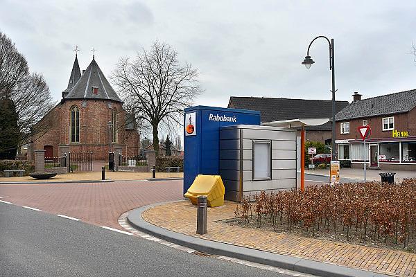 Nederland, Valburg, 5-4-2013In dit dorpje in de Betuwe staat een losse geldautomaat van de Rabobank. De enige in het dorp. Er is geen bankkantoor meer. De winkel rechts is gestopt en staat te koop. Er staat een bak met strooizout.Foto: Flip Franssen/Hollandse Hoogte