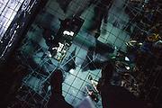 PLAY 2 :: RETRO TECH-NACULAR <br /> Musée d'art contemporain - Salle BWR<br /> samedi 30 mai<br /> Les outils les plus percutants du hangar expérimental montréalais se mesurent les uns contre les autres lors d'un enchaînement de performances magnifiquement déstabilisantes qui célèbrent autant qu'elles rompent avec la tradition de la technologie obsolète. Mettant en scène les échos dramatiques de lumières, de l'artivisme numérique en tons de gris aussi bien que la transformation chimique d'un film de Nicolas Cage atroce, ce programme promet des surprises hybrides à chaque tournant; un véritable laboratoire de transformations pour lampes, cathodes et projecteurs de films.