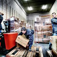 Nederland,Dronten ,28 december 2007..Drukte tijdens het distributeren van het vuurwerk bij vuurwerkimporteur Broekhoff in Dronten. .Vuurwerkimporteur Broekhoff uit Dronten is volgens vuurwerkliefhebbers momenteel de beste importeur van Nederland. Dat blijkt uit een poll van consumentenvuurwerksite www.arjanuitman.com. Achttien procent van de stemmen ging naar Broekhoff, die zich daarmee nummer 1 mag noemen. Broekhoff verkoopt overigens zelf geen vuurwerk aan consumenten, maar laat dat over aan de circa 400 aangesloten winkeliers. Pressure during the distribution of fireworks at fireworks importer Broekhoff in Dronten.