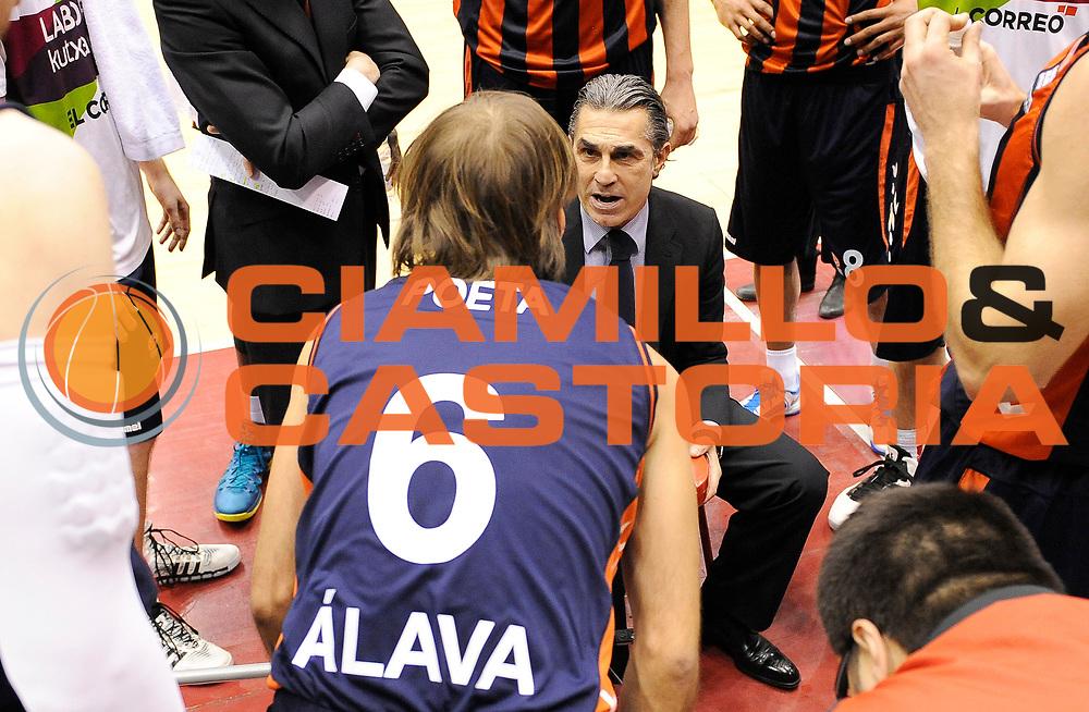 DESCRIZIONE : Milano Eurolega Euroleague 2013-14 EA7 Emporio Armani Milano Laboral Kutxa Vitoria<br /> GIOCATORE : Coach Sergio Scariolo<br /> CATEGORIA : Fair Play Direttive TimeOut<br /> SQUADRA : Laboral Kutxa Vitoria<br /> EVENTO : Eurolega Euroleague 2013-2014<br /> GARA : EA7 Emporio Armani Milano Laboral Kutxa Vitoria<br /> DATA : 17/01/2014<br /> SPORT : Pallacanestro <br /> AUTORE : Agenzia Ciamillo-Castoria/A.Giberti<br /> Galleria : Eurolega Euroleague 2013-2014  <br /> Fotonotizia : Milano Eurolega Euroleague 2013-14 EA7 Emporio Armani Milano Laboral Kutxa Vitoria<br /> Predefinita :