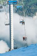 Menschen kommen hoch zum Kerenzerberg mit der Bergbahn