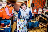 ROTTERDAM - Rene Froger helpt bij Unilever om 1 van de 14.000 kerstpaketten in te pakken voor de voedselbank ROBIN UTRECHT