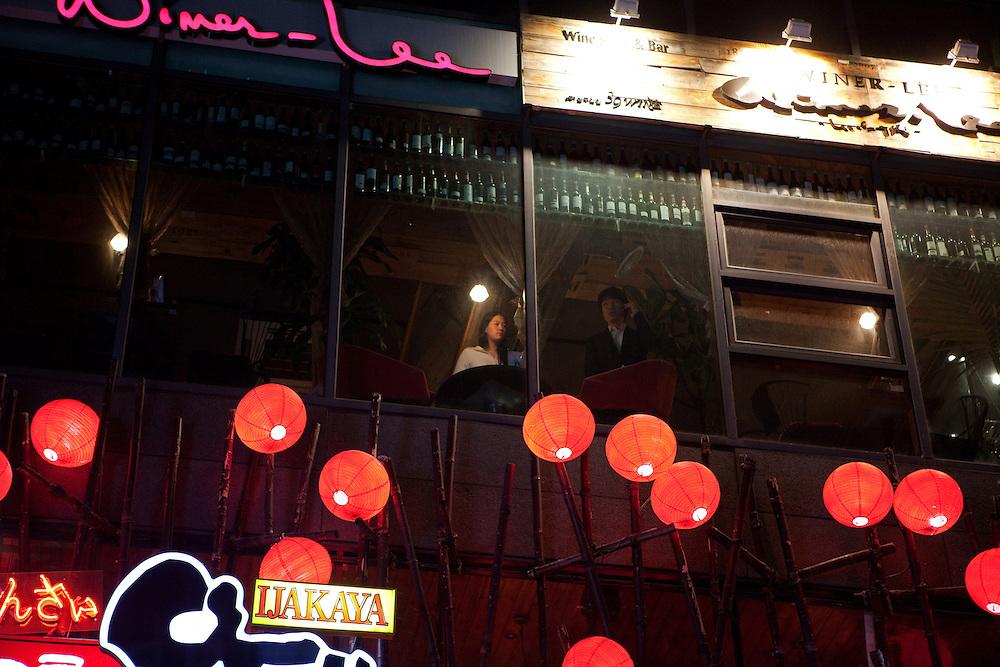 Noraebang (Karaoke) Bar im Hongdae Viertel. Dieses Gebiet vor der Hongik Universit&auml;t ist vor allem f&uuml;r das Nachtleben bekannt. Hier befinden sich sehr viele Discotheken, Bars und Restaurants.<br /> <br /> Noraebang (Karaoke) bar at Hongdae quater. Hongdae area is an entertainment area and clubbing district in northwest Seoul, South Korea - close to the Hongik University.