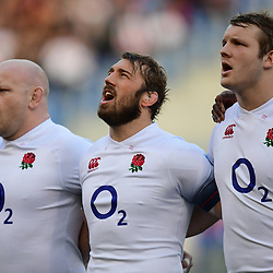 Chris Robshaw of England sings the national anthem
