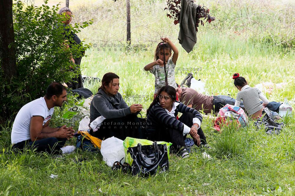 Roma 29 Aprile 2011.Rom  romeni sgomberati dal campo  di via Severini in zona Tor Sapienza  il 18 Aprile dalle Forze dell'Ordine, vivono in 20 nuclei familiari  nel parco  di  via De Chirico dei 14 bambini che andavano a scuola solo una bambina  continua la frequenza..