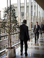 Nederland. Den Haag, 14 oktober 2008.<br /> Minister Wouter Bos van Financienen minister-president Jan Peter Balkenende bij de Thorbeckezaal tijdens een schorsing van een  een algemeen overleg met Kamerleden inzake de kredietcrisis.<br /> Foto Martijn Beekman<br /> NIET VOOR PUBLIKATIE IN LANDELIJKE DAGBLADEN.
