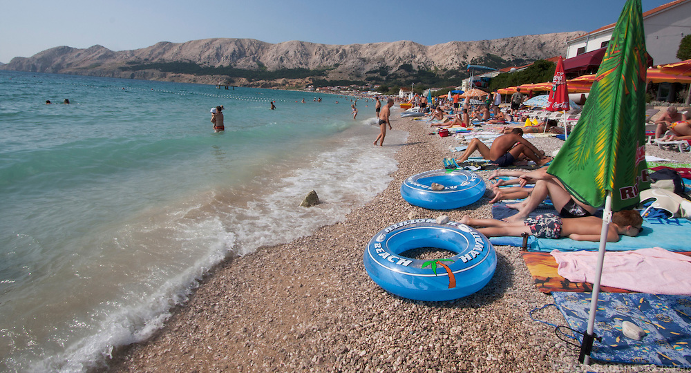 EN: Baska is a city and a harbour in the south of Krk. It is one of the typical tourist destinations on the island. In summer the city and its beach are crowded with tourists. --- DE: Baska ist eine kleine Stadt und ein Fährhafen im Süden der Insel Krk. Im Sommer ist sie eins der typischen Touristenziele auf Krk. Die Stadt und die Strände sind dann voller Menschen.