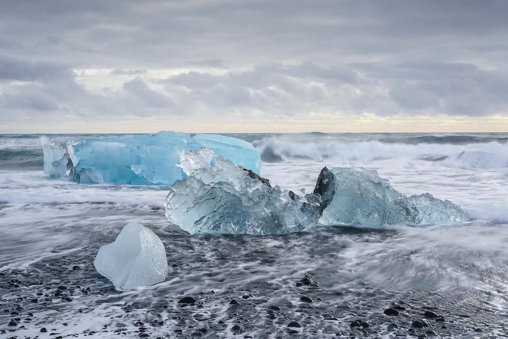 Iceberg drifting to the sea from nearby Jokulsarlon glacial lagoon, Iceland / Icebergs flotando hacia el mar desde la laguna glaciar Jokulsarlon Islandia