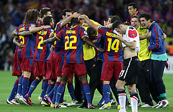 28.05.2011, Wembley Stadium, London, ENG, UEFA CHAMPIONSLEAGUE FINALE 2011, FC Barcelona (ESP) vs Manchester United (ENG), im Bild Barca feiert, Giggs ist enttäuscht und versteckt sein Gesicht im Trikot., EXPA Pictures © 2011, PhotoCredit: EXPA/ InsideFoto/ Paolo Nucci *** ATTENTION *** FOR AUSTRIA AND SLOVENIA USE ONLY!