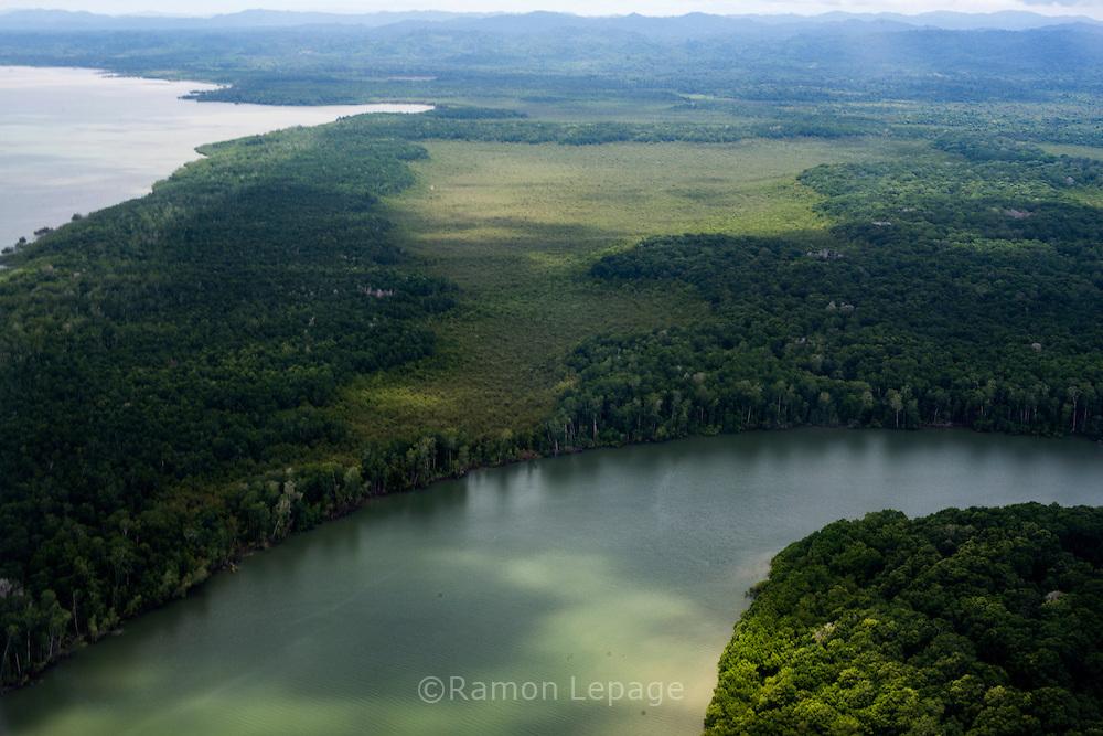 Vista aerea del Rio Sambu y costa del Golfo de San Miguel, Provincia de Darien,  Océano Pacífico de Panamá.   El golfo de San Miguel es el estuario más grande de Panamá, con una extensión de unos 1,760 km2.