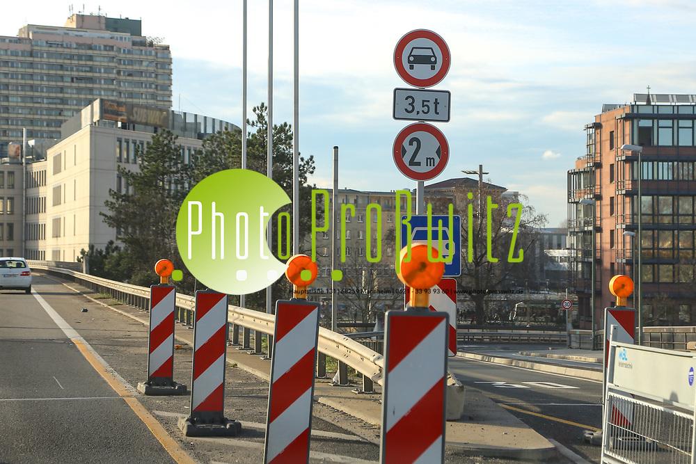 Ludwigshafen. 10.01.18 | <br /> Hochstra&szlig;e S&uuml;d. Aktive Geschwindigkeitsreduzierung und LKW Durchfahrtssperre wegen Br&uuml;ckensch&auml;den. Schilder auf der Hochstra&szlig;e S&uuml;d (B 37) aus Richtung Mannheim kommend vor der Lkw-Sperre. Diese zeigen noch 2 Meter als Maximalbreite an.<br /> <br /> Bild: Markus Prosswitz 10JAN18 / masterpress (Bild ist honorarpflichtig - No Model Release!) <br /> BILD- ID 00055 |