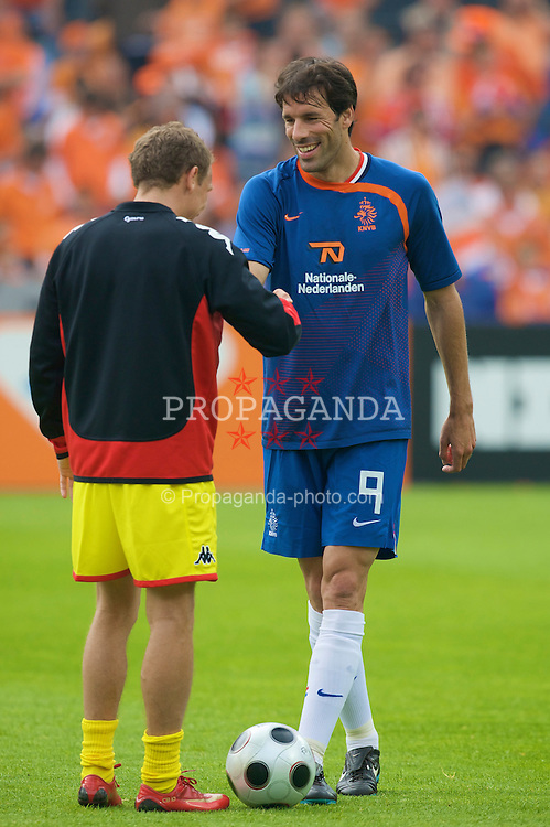 ROTTERDAM, THE NETHERLANDS - Sunday, June 1, 2008: Wales' Craig Bellamy and the Netherlands' Ruud van Nistelrooy before the international friendly match at the de Kuip Stadium. (Photo by David Rawcliffe/Propaganda)
