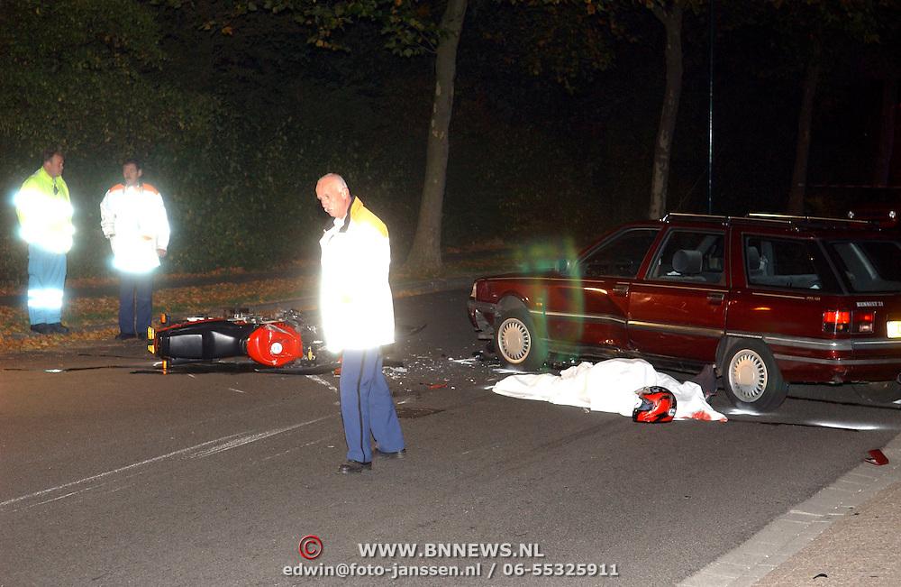 NLD/Huizen/20051017 - Dodelijk ongeval motor tegen auto Ambachtsweg Huizen, technische recherche
