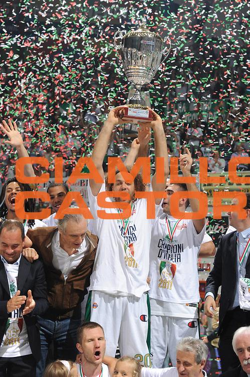 DESCRIZIONE : Siena Lega A 2010-11 Finale Play off Gara 5 Montepaschi Siena Bennet Cantu<br /> GIOCATORE : shaun stonerook<br /> CATEGORIA : coppa esultanza premiazione<br /> SQUADRA : Montepaschi Siena Bennet Cantu<br /> EVENTO : Campionato Lega A 2010-2011<br /> GARA : Montepaschi Siena Bennet Cantu<br /> DATA : 19/06/2011<br /> SPORT : Pallacanestro<br /> AUTORE : Agenzia Ciamillo-Castoria/GiulioCiamillo<br /> Galleria : Lega Basket A 2010-2011<br /> Fotonotizia : Siena Lega A 2010-11 Finale Play off Gara 5 Montepaschi Siena Bennet Cantu<br /> Predefinita :