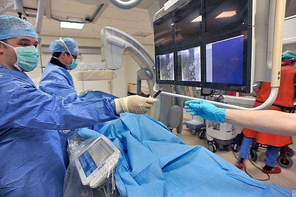 Nederland, Nijmegen, 23-3-2012Tijdens een operatie, kijkoperatie, aan de bijnier wordt een buisje bloed afgenomen om te laten analysreren in het lab.Foto: Flip Franssen