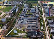 Nederland, Zuid-Holland, Delft, 09-05-2013; overzicht Campus TU Delft met in de voorgrond de Delft TU bibliotheek (met grasdak, ontwerp Mecanoo) en de Aula annex Conferentie Centrum. Het gebouw met logo en rode gevel is van Elektrotechniek, Wiskunde en Informatica (EWI)..Overview of the Campus of the Delft University of Technology. In the foreground Library (Mecanoo  architects) and auditorium. The high-rise red-striped building is the faculty of Electrical Engineering, Mathematics and Computer Sciences (EEMCS)..luchtfoto (toeslag op standard tarieven).aerial photo (additional fee required).copyright foto/photo Siebe Swart