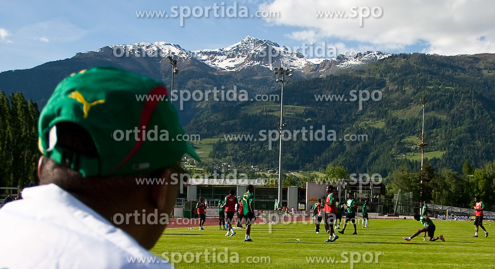 22.05.2010, Grandhotel, Lienz, AUT, FIFA Worldcup Vorbereitung, Pressekonferenz Kamerun im Bild Feature eines Kameruner Ofiziellen der das Training beobachtet, EXPA Pictures © 2010, PhotoCredit: EXPA/ J. Feichter / SPORTIDA PHOTO AGENCY