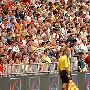 NLD/Amsterdam/20050729 - LG Amsterdam Tournament 2005, Boca Juniors - FC Porto, scheidsrechter met op de achtergrond publiek.toeschouwers, mensenmassa