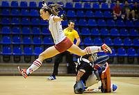 ROTTERDAM - Jolijn Donkers van MOP ontwijkt SCHC keeper Inge Vermeulen. Halve finale tussen de vrouwen van MOP en SCHC Landskampioenschap zaalhockey hoofdklasse hockey. FOTO KOEN SUYK