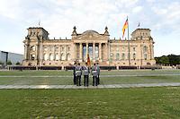 20 JUL 2008, BERLIN/GERMANY:<br /> Feierliches Geloebnis von Rekruten des Wachbataillons der Bundeswehr auf dem Platz der Republik vor dem Reichstagsgebaeude<br /> KEYWORDS: Soldat, Soldaten, Deutscher Bundestag, Oeffentliches Geloebnis, Öffentliches Gelöbnis, Vereidigung, Rekrutengelöbnis, Reichstag, Reichstagsgebäude<br /> IMAGE: 20080720-01-034