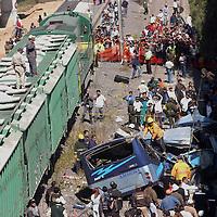 Cuautitlan, Mex.- Bomberos y voluntarios rescatan de entre los hierros los cuerpos de las personas que esta mañana viajaban a bordo de un camion de pasajeros que fue embestido por el tren en la colonia Los Morales, municipio de Cuautitlan, dejando como saldo total 22 personas muertas y 14 lesionados. Agencia MVT / Esteban Fabian. (DIGITAL)<br /> <br /> <br /> <br /> <br /> <br /> <br /> <br /> NO ARCHIVAR - NO ARCHIVE