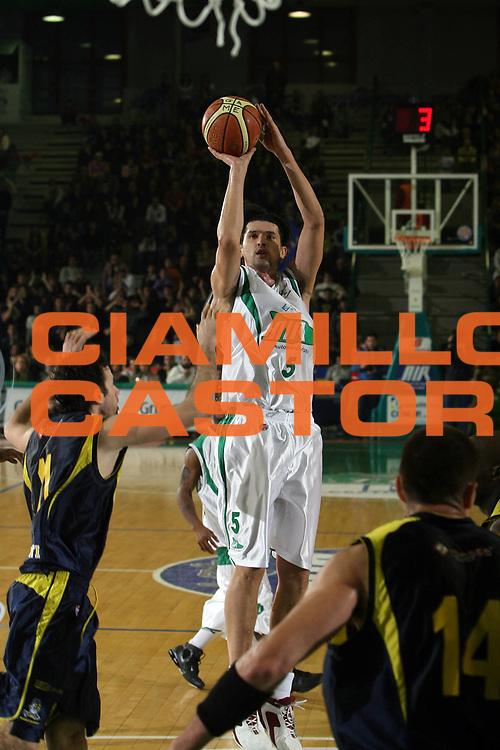 DESCRIZIONE : Avellino Lega A1 2007-08 Air Avellino Legea Scafati<br /> GIOCATORE : Nikola Radulovic<br /> SQUADRA : Air Avellino <br /> EVENTO : Campionato Lega A1 2007-2008 <br /> GARA : Air Avellino Legea Scafati<br /> DATA : 29/03/2008 <br /> CATEGORIA : tiro<br /> SPORT : Pallacanestro <br /> AUTORE : Agenzia Ciamillo-Castoria/E.Castoria <br /> Galleria : Lega Basket A1 2007-2008 <br /> Fotonotizia : Avellino Campionato Italiano Lega A1 2007-2008 Air Avellino Legea Scafati<br /> Predefinita :