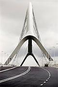 Nederland, Nijmegen, 20-11-2013Komende zaterdag wordt de nieuwe stadsbrug van de stad Nijmegen, de Oversteek, in gebruik geniomen, geopend. De brug is vernoemd naar de heldhaftige oversteek van de rivier de Waal die Amerikaanse soldaten op dit punt maakten tijdens de operatie Market Garden in de tweede wereldoorlog om met succes de oude Waalbrug te veroveren. De overspanning is een belangrijke schakel in de ontlasting van de stad van het doorgaande verkeerDe Oversteek is een boogbrug van 285 meter lang en 60 meter hoog en is de op een na langste hoofd overspanning van Nederland, en de grootste boogbrug van Europa met een enkelvoudige boog.De brug wordt 23 november in gebruik genomen.De nieuwe oeververbinding moet zorgen voor een betere spreiding en doorstroming van verkeer binnen de stad Nijmegen. Na 75 jaar is er eindelijk een tweede vaste verbinding voor de stad. De oude waalbrug krijgt vanaf eind dit jaar groot onderhoud, waarna de volle capaciteit van beide bruggen pas gebruikt kan worden. De skyline van de stad is veranderd.De brug is een ontwerp van de Belgische architecten Ney en Paulissen. Foto: Flip Franssen/Hollandse Hoogte
