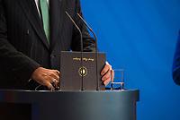 DEU, Deutschland, Germany, Berlin, 28.09.2018: Der Präsident der Türkei, Recep Tayyip Erdogan, öffnet die Kladde mit seinem Redemanuskript bei einer Pressekonferenz im Bundeskanzleramt.