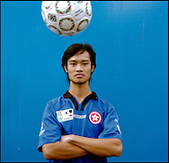 "Chiu Kai, 27, Hong Kong, China, übernachtete eine Woche lang im Fußballstadion, bis er ein Obdachlosenasyl fand. Er lebt von etwa 600 Euro im Monat, die er als Tagelöhner verdient..,,Als meine Freundin mich betrogen hat, habe ich mein Gedächtnis verloren. Deshalb bin ich auf der Straße gelandet. Die meisten Leute in Hong Kong halten Obdachlose für verrückte, schmutzige Leute, obwohl es immer mehr junge Leute trifft.""..Chiu Kai, age 27, Hong Kong, China. He slept in the soccer arena for a week before he found a homeless shelter. He lives on about 600 Euro per month, which he earns as a day laborer..""When my girl friend cheated on me, I lost my memory. That's why I ended up on the street. Most people in Hong Kong think homeless people are crazy and dirty,although there are more and more homeless young people."""