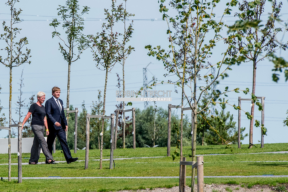 17-7-2017 VIJFHUIZEN - King Willem-Alexander and Queen Maxima are in favor of the commissioning of the National Monument MH17. Copyrght robin utrecht Maandag 17 juli 2017 is het precies drie jaar geleden dat vlucht MH17 werd Evert van Zijtveld, voorzitter van de Stichting Vliegramp MH17 neergehaald boven Oekraïne. Aan boord zaten bijna driehonderd passagiers en bemanningsleden, onder wie 196 Nederlanders. 17-7-2017 VIJFHUIZEN - Koning Willem-Alexander en koningin Maxima komen aan voor de ingebruikname van het Nationaal Monument MH17. copyrght robin utrecht