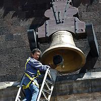 TOLUCA, México.- Bomberos de Toluca participan en la limpieza de la réplica de la campana de  Dolores, con la que se dará el grito de Independencia el 15 de septiembre por la noche por el gobernador Eruviel Ávila Villegas. Agencia MVT / Crisanta Espinosa. (DIGITAL)