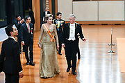 De Japanse keizer Naruhito heeft officieel de troon aanvaard en de belofte afgelegd dat hij zijn plicht als symbool van de staat zal vervullen. De 59-jarige Naruhito deed dat in een eeuwenoude ceremonie in de belangrijkste zaal van het keizerlijke paleis in Tokio in aanwezigheid van staatshoofden en gasten uit meer dan 180 landen.<br /> <br /> The Japanese emperor Naruhito has officially accepted the throne and made the promise that he will fulfill his duty as a symbol of the state. The 59-year-old Naruhito did that in an ancient ceremony in the main hall of the Imperial Palace in Tokyo in the presence of heads of state and guests from more than 180 countries.<br /> <br /> Op de foto / On the photo:  Koning Philippe van België en Koningin Mathilde van België / King Philippe of Belgium and Queen Mathilde of Belgium