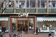 Nederland, Nijmegen, 10-3-2017Vestiging van Topshelf in het voormalig VenD pand. De winkelketen verkoopt diverse sport en casual producten, waaronder voor een groot deel kleding voor dames, heren en kinderen en aanverwante accessoires zoals tassen, sjaals, schoenen en laarzen, cosmetica en parfum, elektronica, schoolartikelen, sportartikelen en reisartikelen. Topshelf werkt ook met een shop-in-shopformule . Foto: Flip Franssen