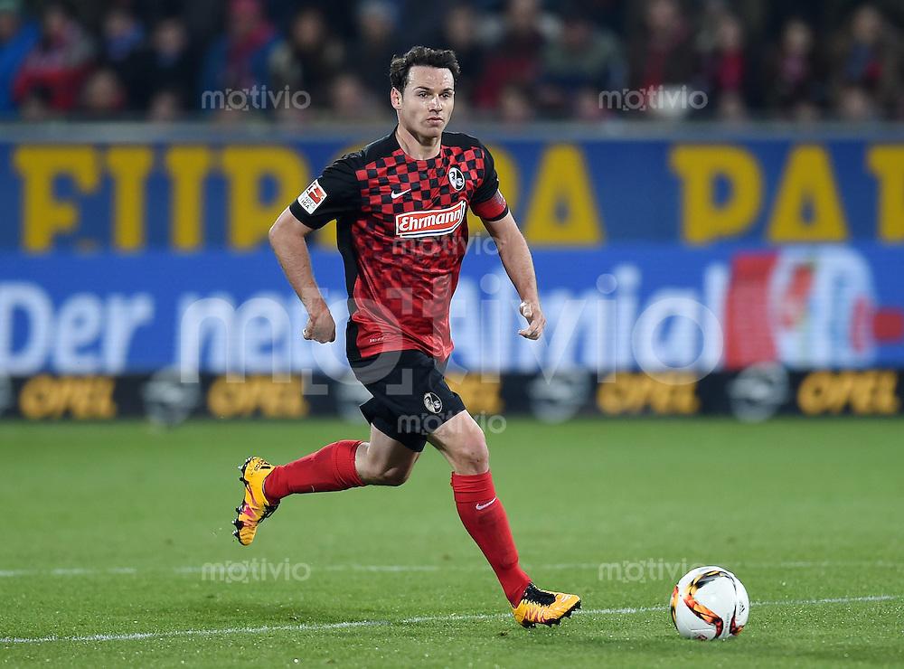 Fussball  2. Bundesliga  Saison 2015/2016  27. Spieltag SC Freiburg - Karslruher SC        13.12.2015 Nicolas Hoefler (SC Freiburg) am Ball