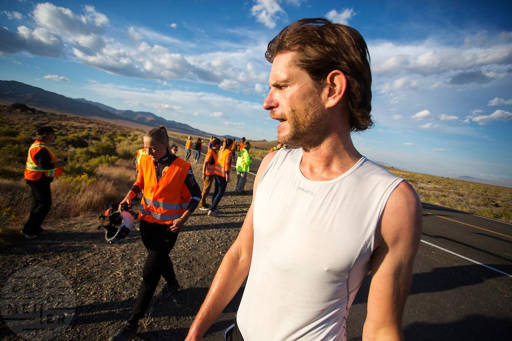 Jan Bos rijdt een goede run op de derde dag van de recordraces in Amerika. Het Human Power Team Delft en Amsterdam (HPT), dat bestaat uit studenten van de TU Delft en de VU Amsterdam, is in Amerika om te proberen het record snelfietsen te verbreken. In Battle Mountain (Nevada) wordt ieder jaar de World Human Powered Speed Challenge gehouden. Tijdens deze wedstrijd wordt geprobeerd zo hard mogelijk te fietsen op pure menskracht. Het huidige record staat sinds 2015 op naam van de Canadees Todd Reichert die 139,45 km/h reed. De deelnemers bestaan zowel uit teams van universiteiten als uit hobbyisten. Met de gestroomlijnde fietsen willen ze laten zien wat mogelijk is met menskracht. De speciale ligfietsen kunnen gezien worden als de Formule 1 van het fietsen. De kennis die wordt opgedaan wordt ook gebruikt om duurzaam vervoer verder te ontwikkelen.<br /> <br /> The Human Power Team Delft and Amsterdam, a team by students of the TU Delft and the VU Amsterdam, is in America to set a new world record speed cycling.In Battle Mountain (Nevada) each year the World Human Powered Speed Challenge is held. During this race they try to ride on pure manpower as hard as possible. Since 2015 the Canadian Todd Reichert is record holder with a speed of 136,45 km/h. The participants consist of both teams from universities and from hobbyists. With the sleek bikes they want to show what is possible with human power. The special recumbent bicycles can be seen as the Formula 1 of the bicycle. The knowledge gained is also used to develop sustainable transport.