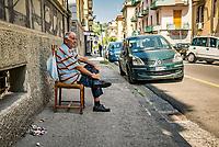 Quartier de Materdei<br /> <br /> Naples fut d'abord fondee au cours du viie&nbsp;siecle avant notre ere sous le nom de Parthenope par la colonie grecque de Cumes. <br /> Ce premier etablissement fut appele Palaiopolis (la ville ancienne). <br /> Lorsqu'une seconde ville fut fondee vers 500 avant notre ere par de nouveaux colons, cette nouvelle fondation fut appelee Neapolis (nouvelle ville).<br /> Alliee de Rome au ive&nbsp;siecle av.&nbsp;J.-C., la ville conserve longtemps sa culture grecque et restera la ville la plus peuplee de la botte italique et sans aucun doute sa veritable capitale culturelle.<br /> Elle rempla&ccedil;a Capoue comme capitale de la Campanie apres la bataille de Zama, a la suite de la confiscation de citoyennete et des territoires de cette derniere, par son alliance avec Hannibal avant la bataille de Cannes.<br /> Naples possede ainsi l'une des plus grandes concentrations au monde de ressources culturelles et de monuments historiques, jalonnant 2800 ans d'histoire. <br /> Dans le centre historique, inscrit sur la liste du patrimoine mondial de l'Unesco, se rencontrent notamment 448 eglises historiques ainsi que d'innombrables palais historiques, fontaines, vestiges antiques, villas, residences royales.