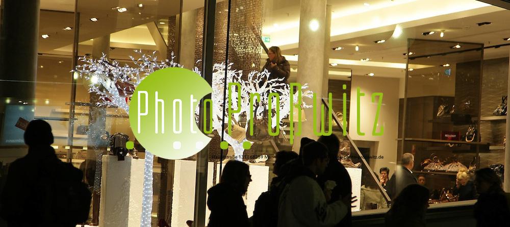 Mannheim. Planken Innenstadt. Am dritten vorweihnachts Wochenende str&ouml;hmen die Menschenmassen in die Innenstadt und sind dem Kaufrausch verfallen. <br /> <br /> Bild: Markus Pro&szlig;witz<br /> ++++ Archivbilder und weitere Motive finden Sie auch in unserem OnlineArchiv. www.masterpress.org ++++