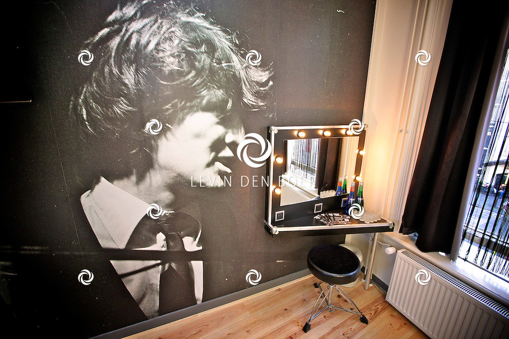 AMSTERDAM - In het Back Stage Hotel is vandaag op de geboortedag van Herman Brood, hij zou vandaag 65 jaar geworden zijn, een echte Herman Brood Kamer onthuld. En ook het boek met dvd genaamd Feel Like Doing It.  Met op de foto de Herman Brood Hotelkamer. FOTO LEVIN DEN BOER - PERSFOTO.NU
