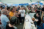 """Un debat est en cours à l'interieur du campement. // Le mouvement spontane du """"15 M"""" (15 mai) compose de citoyens espagnols campe depuis 2 semaines sur la place Puerta Del Sol avec pour revendication la construction d'une democratie nouvelle. Organise en commission les citoyens prennent la parole lors d'assemblee ouverte a tous - Place Puerta Del Sol à Madrid le Juin 2011. ©Benjamin Girette/IP3Press"""