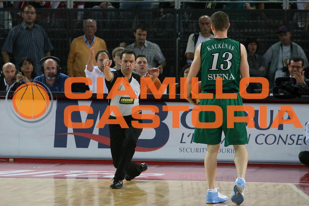 DESCRIZIONE : Roma Lega A1 2006-07 Playoff Semifinale Gara 2 Lottomatica Virtus Roma Montepaschi Siena <br /> GIOCATORE : Arbitro <br /> SQUADRA : <br /> EVENTO : Campionato Lega A1 2006-2007 Playoff Semifinale Gara 2 <br /> GARA : Lottomatica Virtus Roma Montepaschi Siena <br /> DATA : 02/06/2007 <br /> CATEGORIA : Ritratto <br /> SPORT : Pallacanestro <br /> AUTORE : Agenzia Ciamillo-Castoria/G.Ciamillo