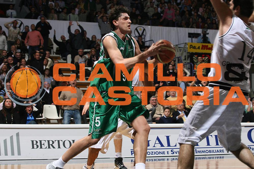DESCRIZIONE : Bologna Lega A1 2007-08 La Fortezza Virtus Bologna Air Avellino<br /> GIOCATORE : Nikola Radulovic <br /> SQUADRA : Air Avellino<br /> EVENTO : Campionato Lega A1 2007-2008 <br /> GARA : La Fortezza Virtus Bologna Air Avellino<br /> DATA : 20/01/2008<br /> CATEGORIA : Penetrazione Passaggio  <br /> SPORT : Pallacanestro <br /> AUTORE : Agenzia Ciamillo-Castoria/M.Marchi