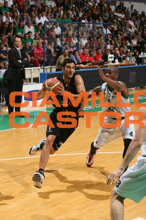 DESCRIZIONE : Siena Lega A1 2006-07 Playoff Finale Gara 1 Montepaschi Siena VidiVici Virtus Bologna <br /> GIOCATORE : Dusan Vukcevic<br /> SQUADRA : VidiVici Virtus Bologna <br /> EVENTO : Campionato Lega A1 2006-2007 Playoff Finale Gara 1 <br /> GARA : Montepaschi Siena VidiVici Virtus Bologna <br /> DATA : 13/06/2007 <br /> CATEGORIA : Penetrazione<br /> SPORT : Pallacanestro <br /> AUTORE : Agenzia Ciamillo-Castoria/M.Marchi